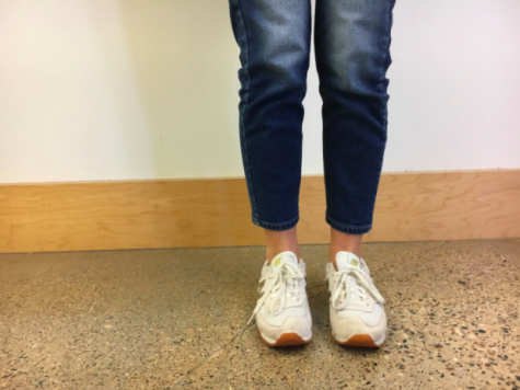 Student showcases the popular mom jeans trend