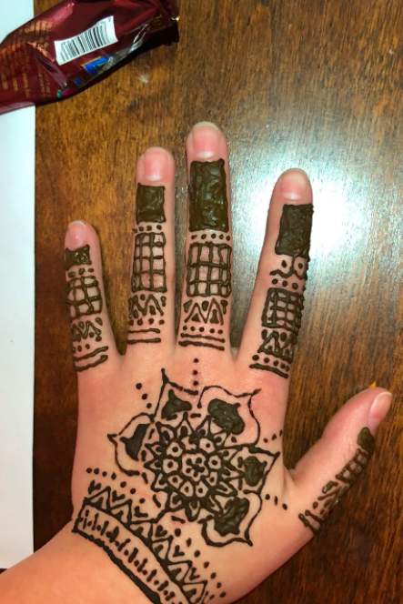 Sonia+Baig+applies+free-styled+henna+design.+